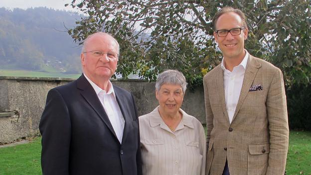 Peter Galliker senior, Adelheid Aregger und Christian Zeugin stehen auf der Wiese.