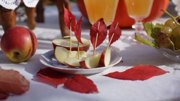 Herbstdekoration auf einem Tisch.