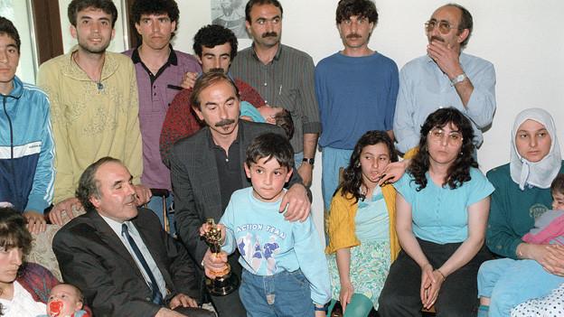 Eine Gruppe von Kurden, in der Mitte Xavier Koller und ein Junge mit dem Oscar in der Hand.