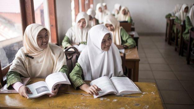 Mädchen an der Schulbank in Indonesien.