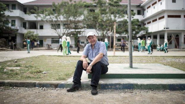 Wiederaufgebaut: Martin Fuhrer auf dem Pausenplatz der Schule in Banda Ache.