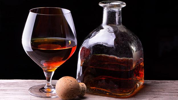 Brandy-Flasche mit Glas