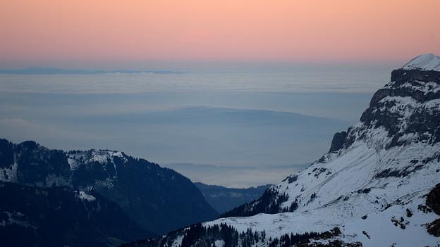 Sonnenaufgang in den Bergen über dem Nebelmeer.