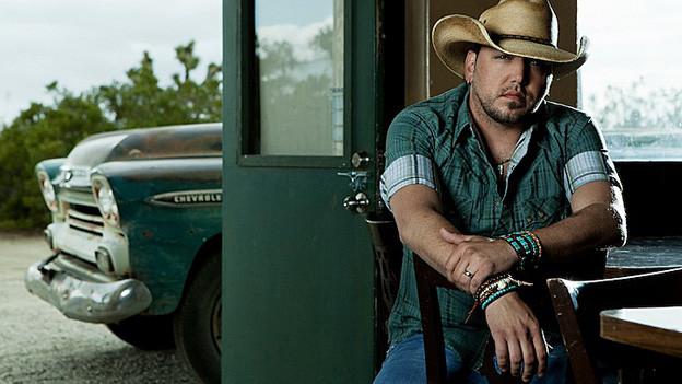 Porträt von Jason Aldean mit Cowboy-Hut.
