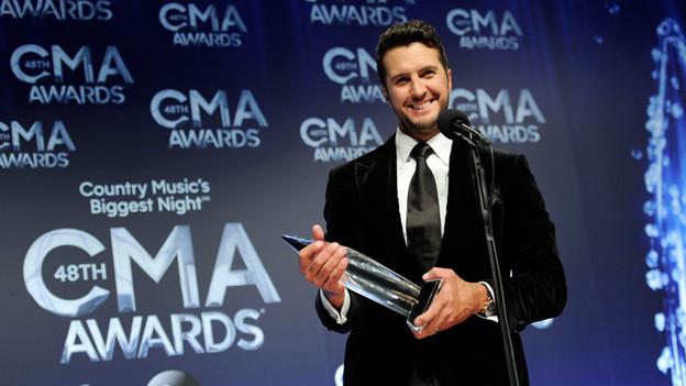 Luke Bryan an der Preisverliehung mit dem CMA-Award in den Händen