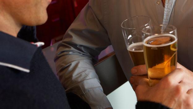 Zwei Männer in einer Bar.