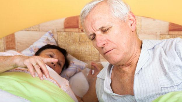 Aelteres Ehepaar im Bett