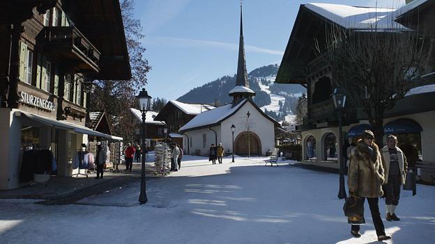 Das Dorfzentrum von Gstaad im Winter.