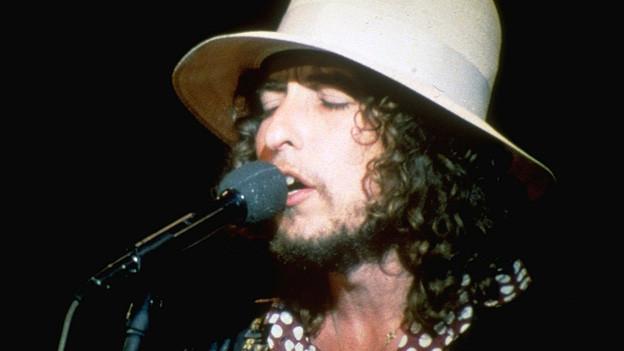 Porträt des jungen Bob Dylan auf der Bühne.
