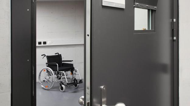 Rollstuhl im Gefängnis.