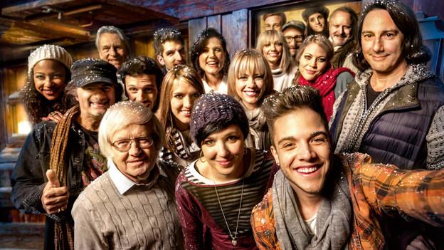 Gruppenbild von den Prominenten, die für einen guten Zweck singen.