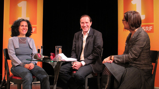 Gastgeberin Katharina Kilchenmann (rechts) mit Giuseppina Barone und Stefan Kurt auf der Bühne..