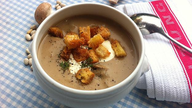 Suppe aus weissen Bohnen und Steinpilzen.