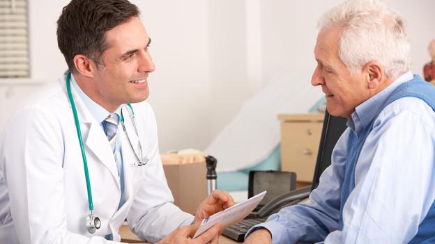 Ein älterer Mann beim Arzt.
