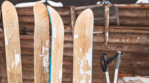 Skier sollten bereits im Frühling gewartet werden, so dass der Wachs bis zum ersten Schnee in den Belag eindringen kann.