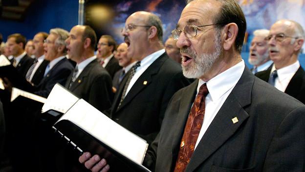Ein Männerchor am Singen.