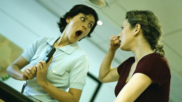 Zwei Frauen tratschen.