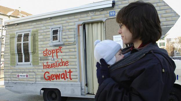 Mit diesem Wohnwagen und einer Kampagne machte Amnesty International  2006 auf das Tabuthema häusliche Gewalt aufmerksam.