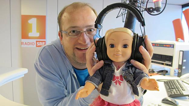 Michael Brunner mit seiner Moderationsassistentin Cayla