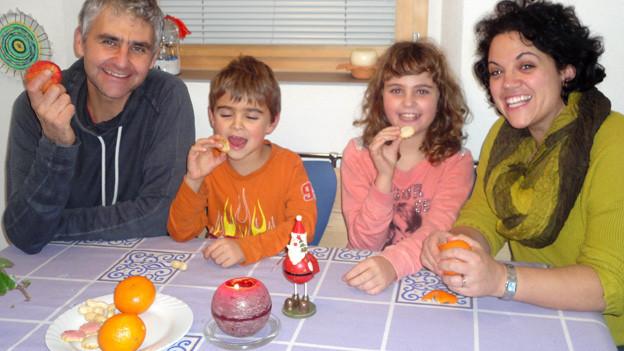 Die Familie Bertogg am Küchentisch.