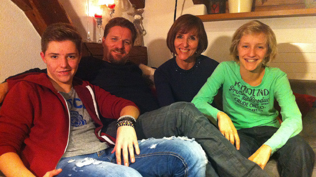 Die Familie Busslinger auf dem Sofa.