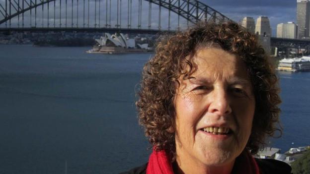 Porträt von Ursula Schäppi, im Hintergrund das Opernhaus von Sydney.
