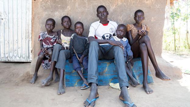 Jugendlicher mit seinen fünf kleineren Geschwister.