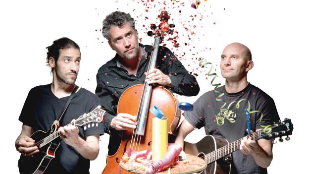 Die drei Musiker von Heinz de Specht mit ihren Instrumenten.