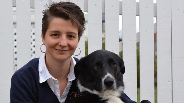 Porträt von Anita Gerber und ihrem schwarz-weissen Hund.