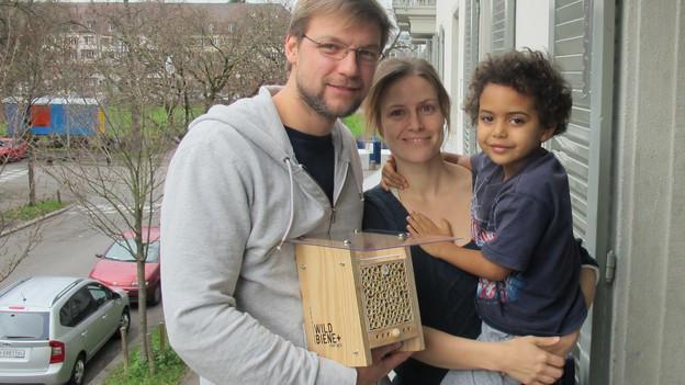 Claudio Sedivy, Mitbegründer von «Wildbiene und Partner», Sonja und Loïc Dänzer, Gotte und Götti der Wildbienen.