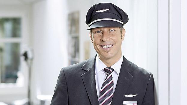 Porträt von Pilot Hansmartin Amrein in Uniform.