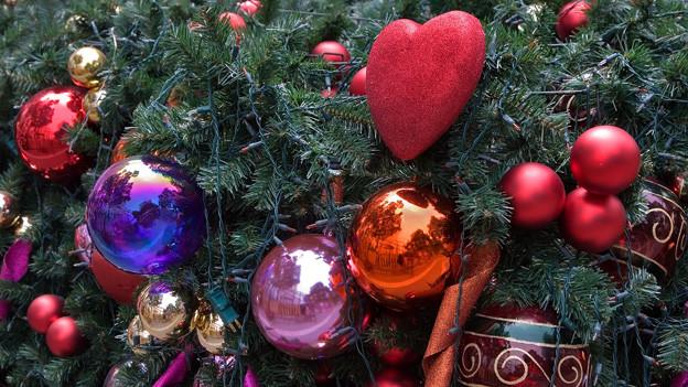 Eine Nahaufnahme eines geschmückten Weihnachtsbaums.