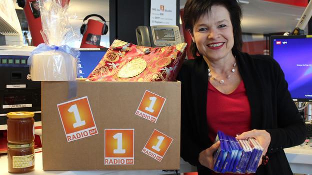 Regi Sager mit Schokolade in der Hand im Radiostudio.