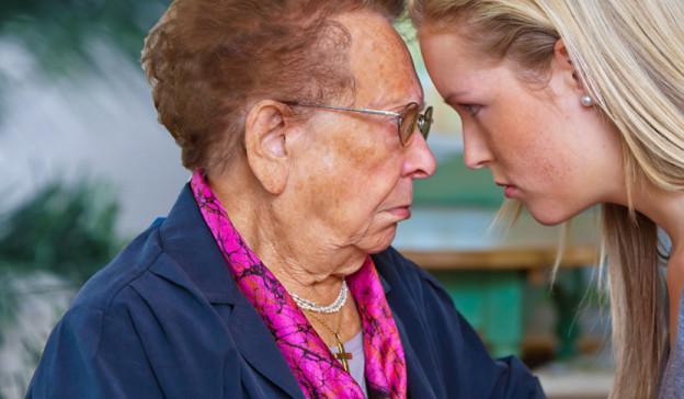 Ältere Frau hat Streit mit einer jungen Frau. Sie halten die Köpfe gegeneinander.
