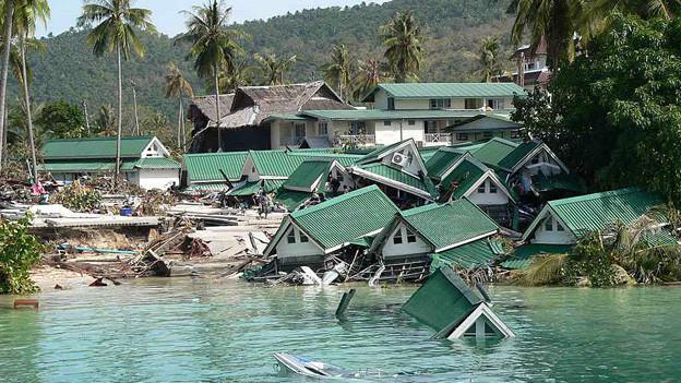 Eine zerstörte Bungalow-Siedlung am Meer.