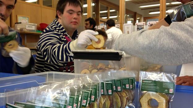 itarbeiter der geschützten Werkstatt in Egnach verpacken über 800'000 Apfelringli für die Expo in Mailand.
