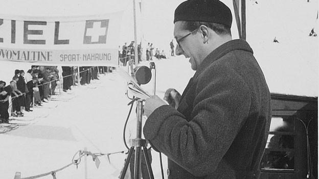 Arthur Welti am Ziel eines Skirennens als junger Reporter