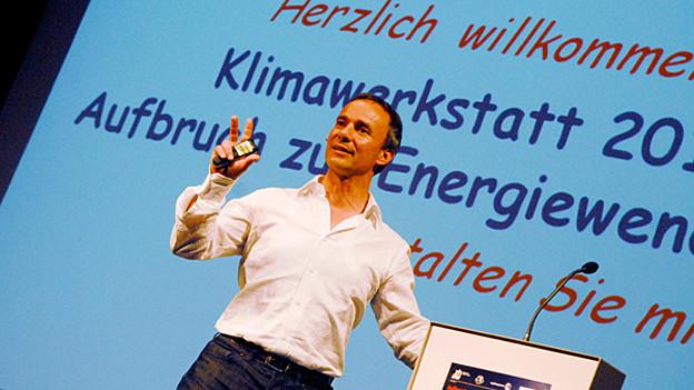 Dani Lüscher am Rednerpult der Klimawerkstatt.