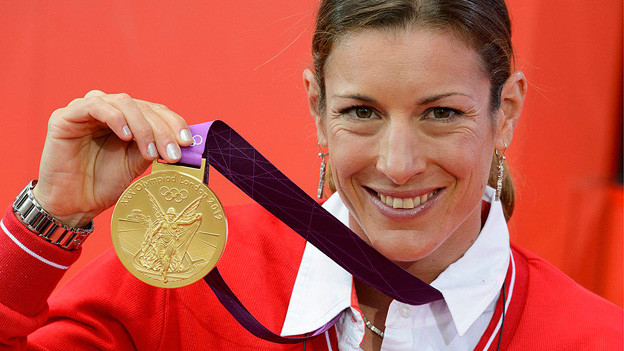 Nicola Spirig mit Olympiamedaille.