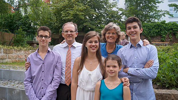 Margrit Bennert-Bürgler posiert mit ihrem Mann und ihren vier Kindern.