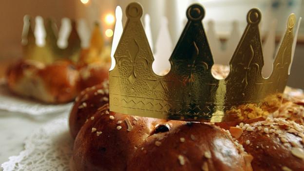 Nahaufnahme eines Königskuchen mit Krone.