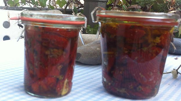 Getrocknete und marinierte Tomaten im Einmachglas.