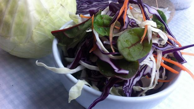 Eine Schale mit Kohl-Salat.