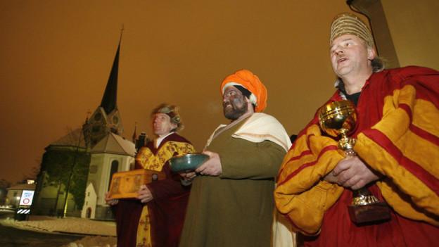Die heiligen drei Könige ziehen 2009 durch Stans, um der Bevölkerung singend ein gutes neues Jahr zu wünschen.