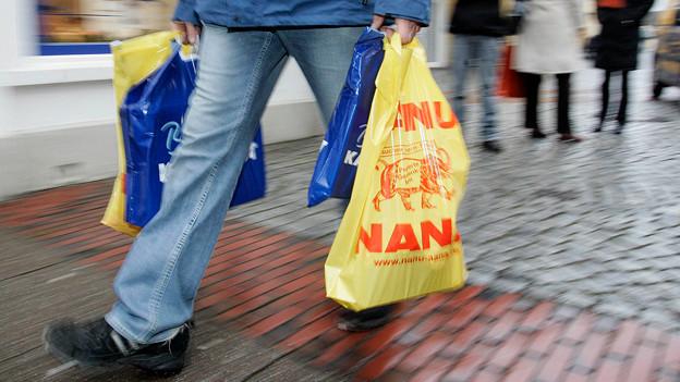 Mann mit Taschen.