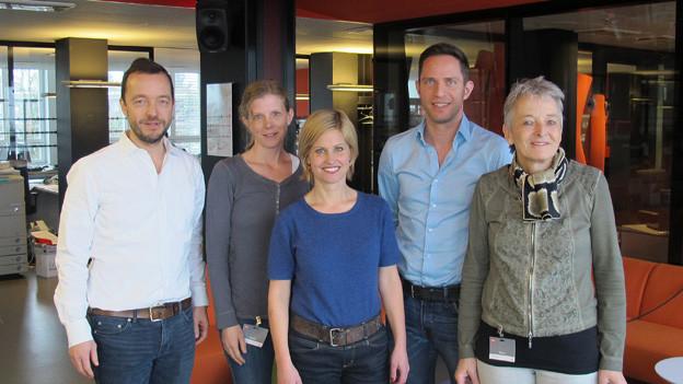V.l.n.r: Peter Röthlisberger, Kerstin Birkeland Ackermann, Adrian Küpfer, Sabine Dahinden und Theres Arnet-Vanoni stehen nebeneinander im Radiostudio..