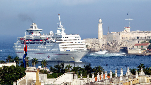Kreuzfahrtschiff fährt in den Hafen von Havanna ein.