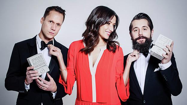 Melanie Winiger und Mario Torriani halten je einen Swiss Music Award in die Kamera.