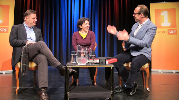 Moderator Christian Zeugin (rechts) auf der Bühne im Gespräch mit Martha Gantenbein und Marco Wyss.
