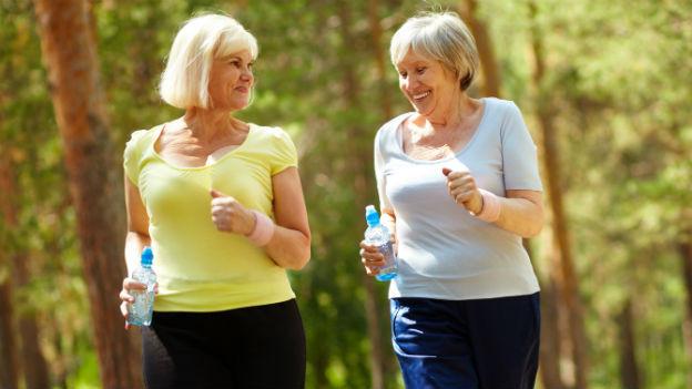 Zwei Frauen, die joggen.